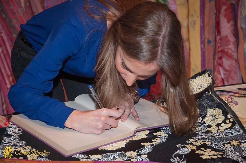 Raquel Alario en Camilo Miralles, firmando el libro de la seda